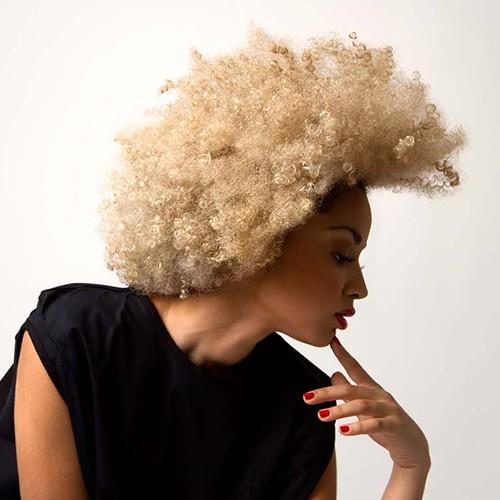capelli afro di misura media,extra ricci extra biondi! su modella mulatta bellissima
