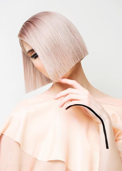 la modella porta un taglio di capelli realizzato da Federico per il salone Eden Salon Padova, il caschetto è pari di colore rosa tenue